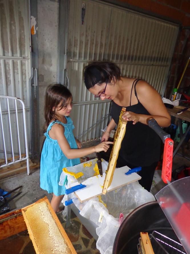 Lola goûte le miel fraîchement récolté