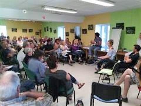 La première réunion publique d'information et de recueil d'opinion début juin dans les locaux de la mairie, a réuni environ 80 personnes, preuve de l'attachement des usagers à cette boulangerie créée il y a 25 ans.