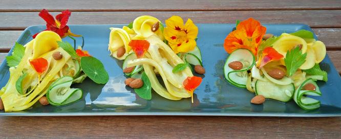 Salade de fenouil lactofermenté accompagné de mangue, d'amandes grillées et de capucines