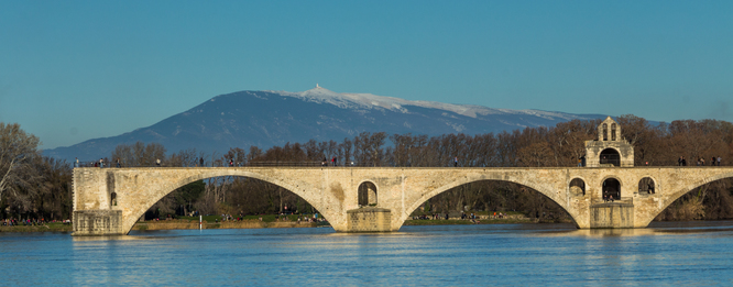 Le Pont d'Avignon avec en toile de fond le Ventoux