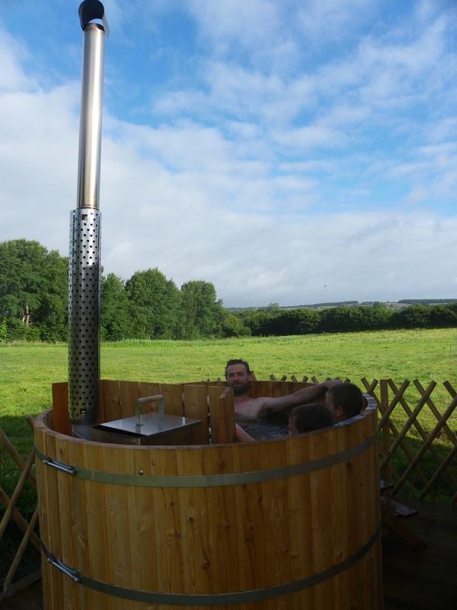 Le bain nordique avec vue sur la campagne et les chèvres