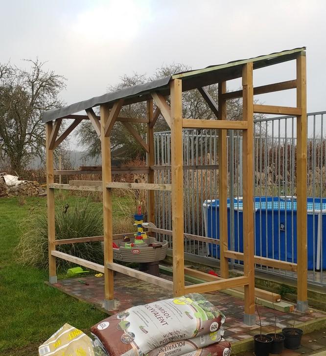 Type de structure en bois qui viendrait au-deesus des tables